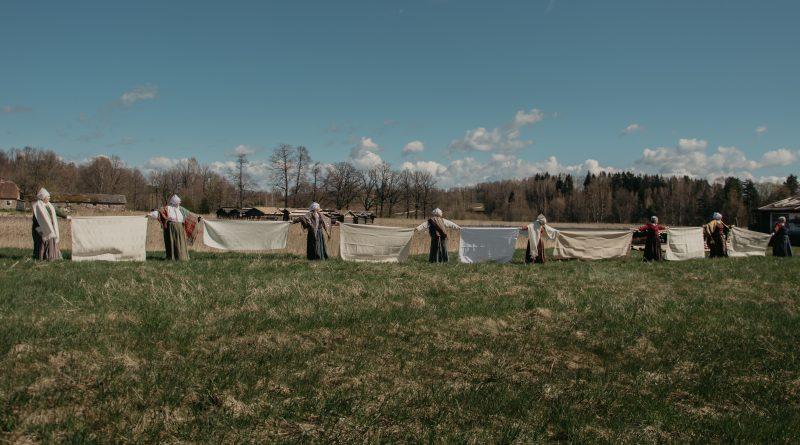 """Audēju kopa """"Aušas"""" svētku noskaņās lepojās ar pašu darinātiem tautastērpiem un pašu austiem galdautiem"""