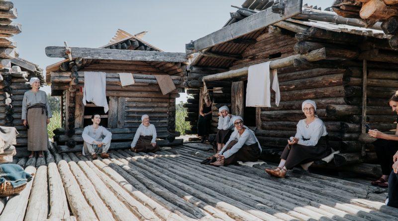 Āraišu ezerpils Arheoloģiskajā parkā apgūst seno amatu prasmes